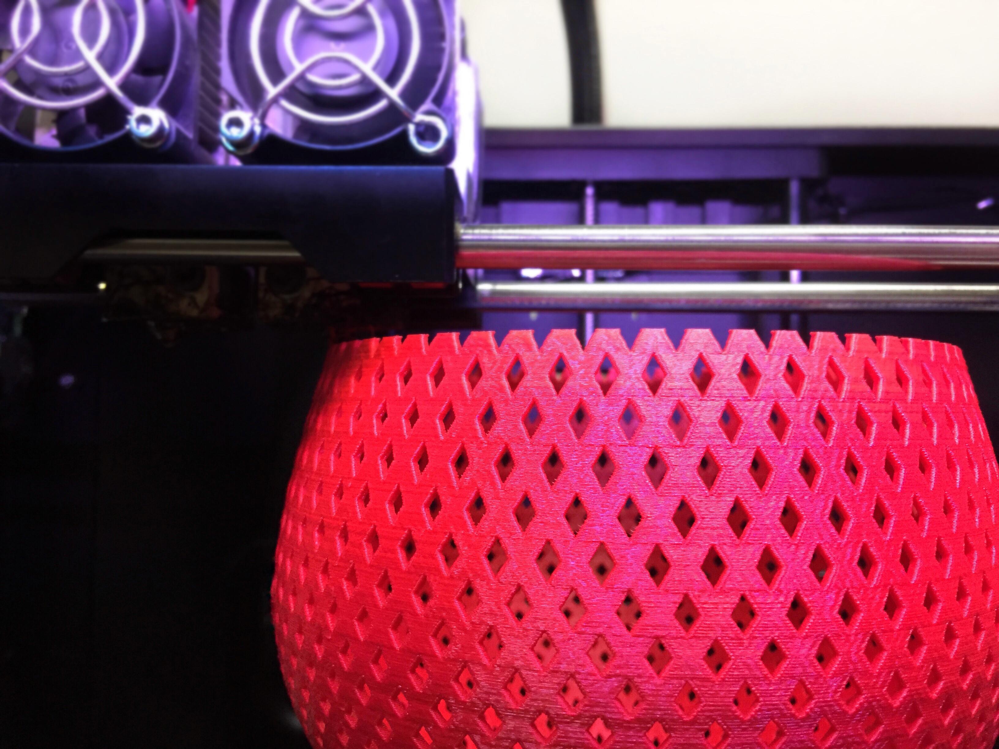 Una delle fasi di lavorazione della lampada con tecnologia FDM (courtesy: Formaliz3d)