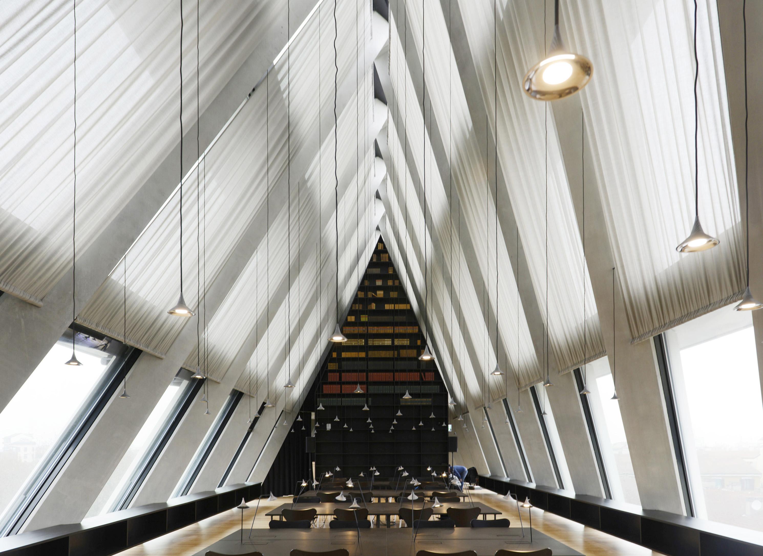 """Milano, Fondazione Giangiacomo Feltrinelli. Le sospensioni """"Unterlinden"""" (design by Herzog & De Meuron per Artemide, 2014) nella Library al piano quinto dell'edificio (foto: Michele Nastasi)"""