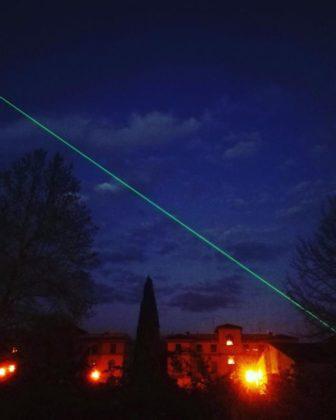 Pistoia. Il raggio laser verde attraversa la città toscana