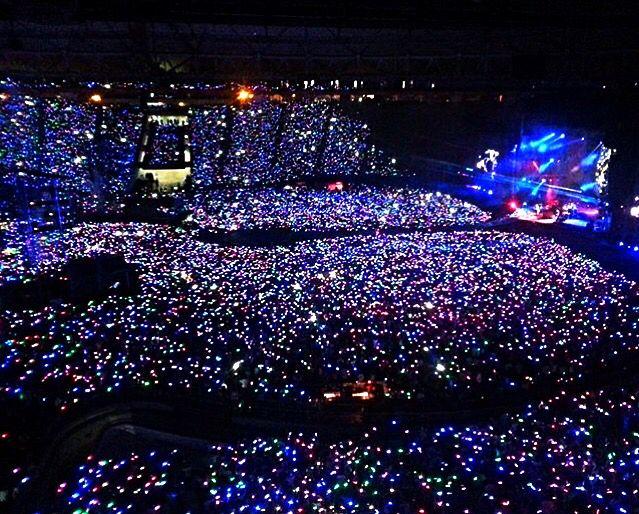 """Coldplay - """"A Head full of Dreams Tour 2016"""". I braccialetti interattivi a luce LED parte integrante dello show"""