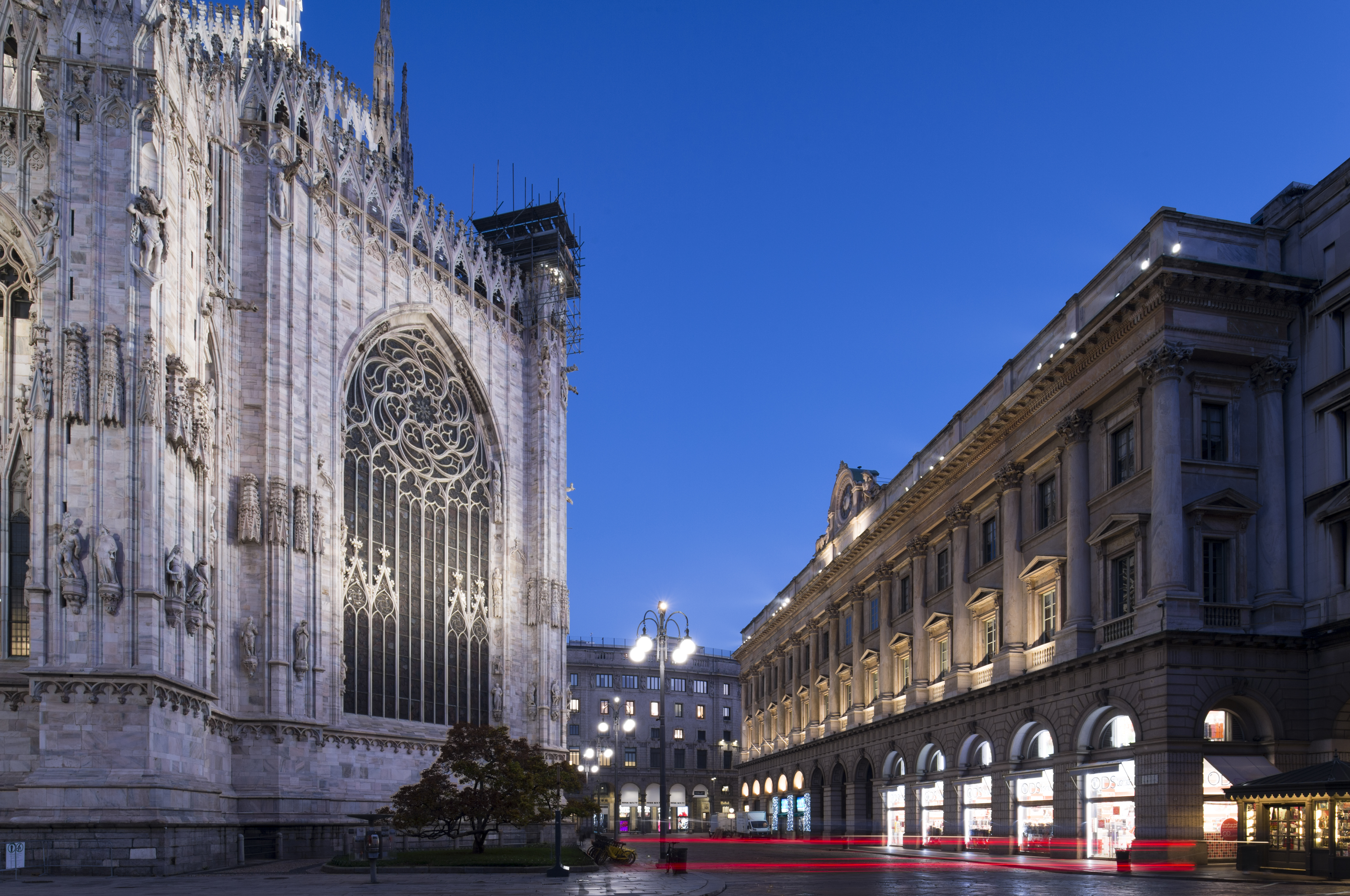 Duomo esterno notte luce per osservare luce e design