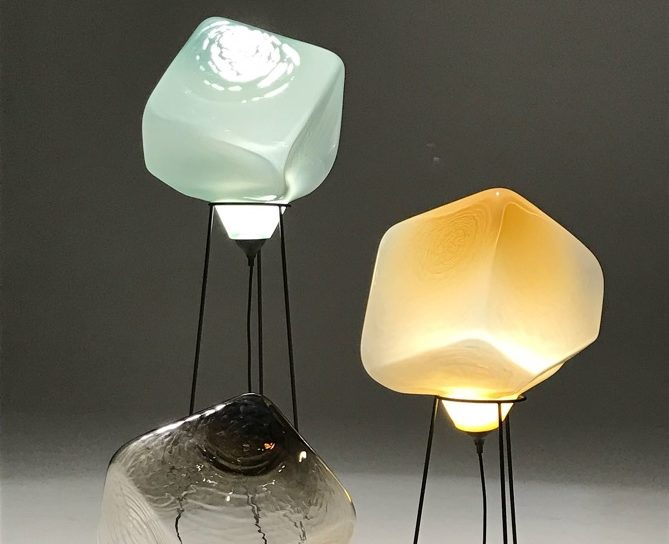 Lampade In Vetro Soffiato : Variazioni cromatiche del vetro soffiato e luce led luce e design